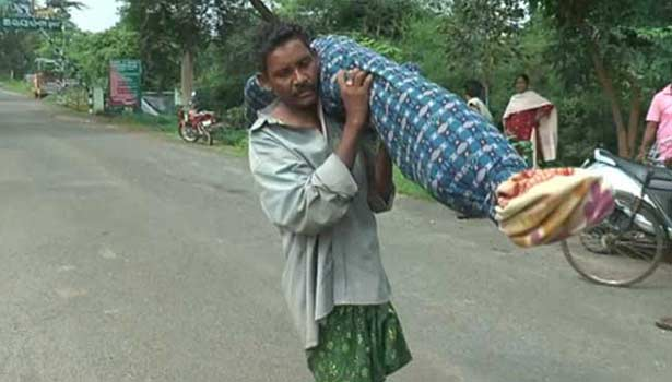 201608250643211146_Odisha-Man-Carries-Wife-Body-10-Km-With-Daughter_SECVPF