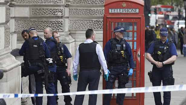 201704272203192223_Man-armed-with-knives-arrested-near-UK-Parliament_SECVPF