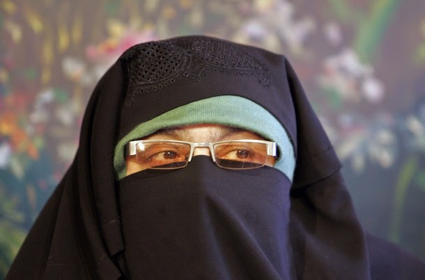 Asiya Andrabi, chief of Dukhtaran-e-Milat, a Kashmiri women's separatist group, speaks during a news conference in Srinagar December 31, 2008. Andrabi was set free this week after she was jailed nearly for four months by the Indian authorities for leading mass anti-India protests in the troubled Himalayan region, according to local media. REUTERS/Fayaz Kabli    (INDIAN-ADMINISTERED KASHMIR)