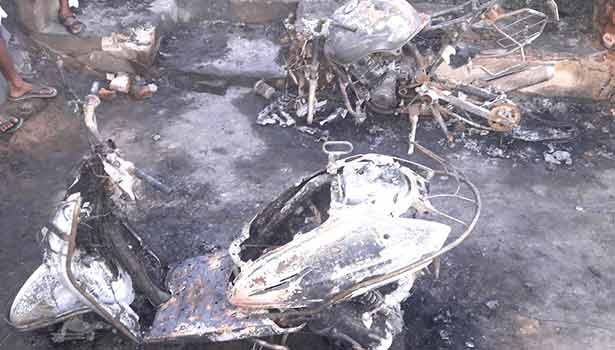 201707210955570891_fire-accident-near-Tanjore-52-houses-burned-and-Rs-50-lakhs_SECVPF