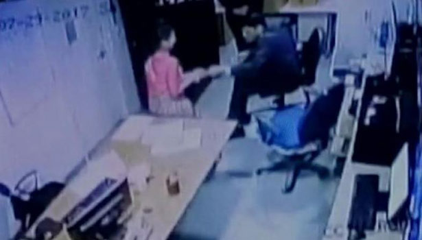 201708181918549789_Delhi-Hotel-Employee-s-Saree-Pulled-By-Senior-She-Complained_SECVPF