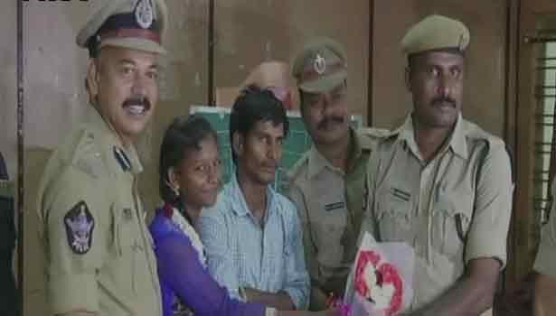 201708201851308371_Andhra-constable-Srinivasulu-saving-a-woman-attempting_SECVPF